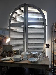 Detalle de mesa con vajilla de porcelana, ventana vintage, torrelavega, desembalaje de cantabris