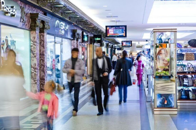 Là một công trình kiến trúc nổi bật khi kết hợp giữa truyền thống và hiện đại nằm dưới lòng đất, Okhotny Ryad Mall có một đài phun nước khổng lồ cùng những mảng tường hoa văn sang trọng và các cửa kính màu giúp đem lại ánh sáng nhân tạo cực kì nghệ thuật