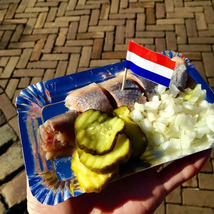 21 Extraordinary Pictures Of National Foods That Seem Uncanny To The Rest Of The World - Soused herring, Netherlands