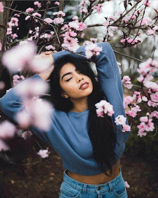 pose tumblr con flores casual juvenil 2019