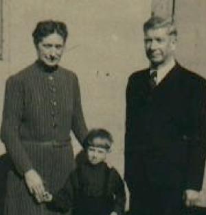 Fotografía de Gustav Wegert con su familia en 1948