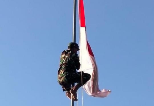 Viral Anggota TNI AD Panjat Tiang Betulkan Bendera Nyangkut Saat HUT RI-74