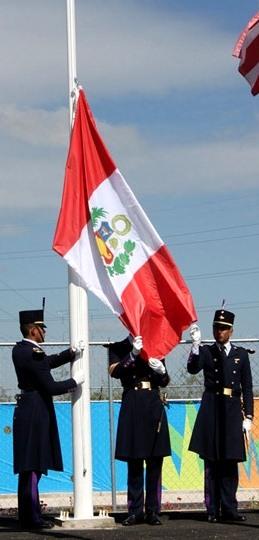 Foto de militares en el izamiento de la bandera del Perú