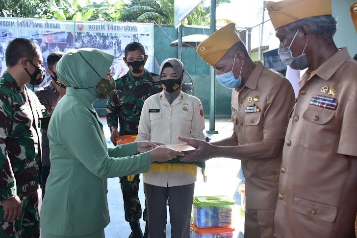 Ketua Persit KCK Cab Rem 141/Toddopuli, Serahkan Bingkisan Kepada Warakawuri dan Anak Yatim di  HUT Kodam XIV/Hasanuddin Ke-64