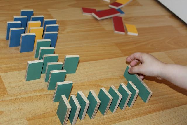 des dominos colorés