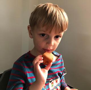 Louis avec part de gâteau aux pommes