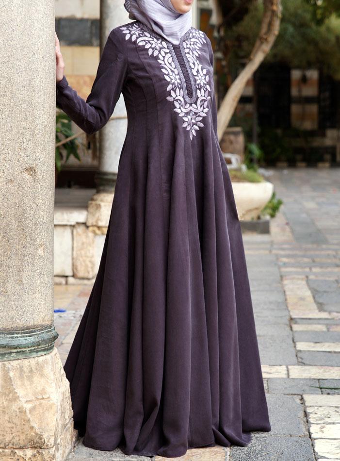 f39ca4ecdef11 Bu güzel süslenmiş elbisesi ile zahmetsizce şık bir görünüm elde edin.  Tesettür Kombin dalgalı etek ince zarif ve sıvı hareketi için vücudu örten  ise korse ...