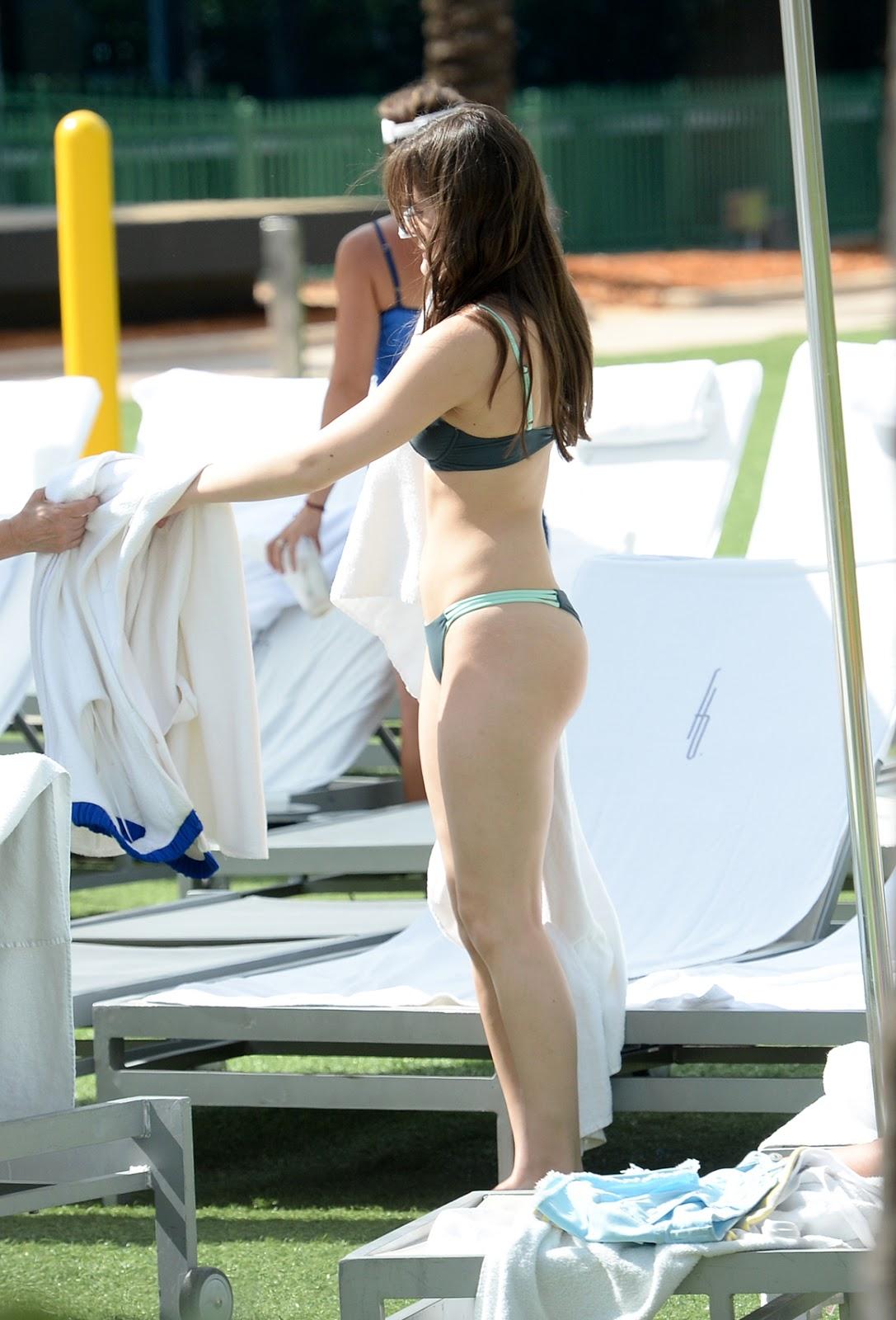 Celebrity life news photos hailee steinfield in bikini in for Bikini piscina