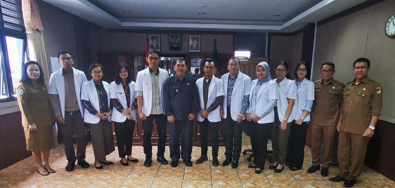 Bupati Karo Terkelin Brahmana menerima audensi para peserta Program Internsip Dokter Indonesia (PIDI) didampingi kadis kesehatan Drg Irna safrina Meliala diruang kerja bupati