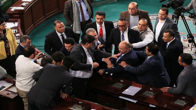 تونس : عرك و تشنج و تلاسن بالكلام بين النواب يتسبب في رفع الجلسة العامة بالبرلمان