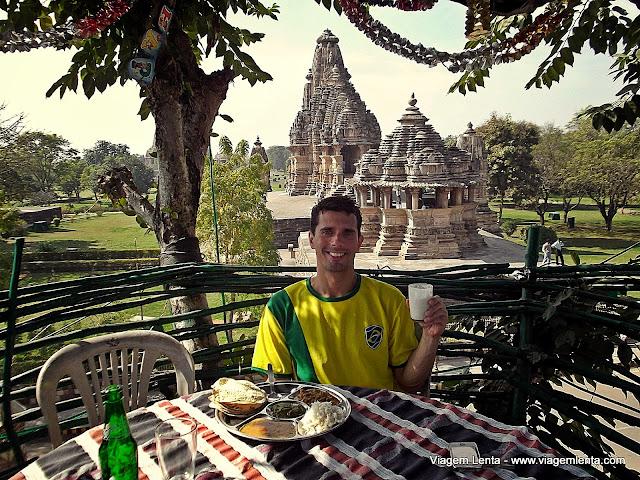 Almoço em cima da árvore e o templo Vishvanat