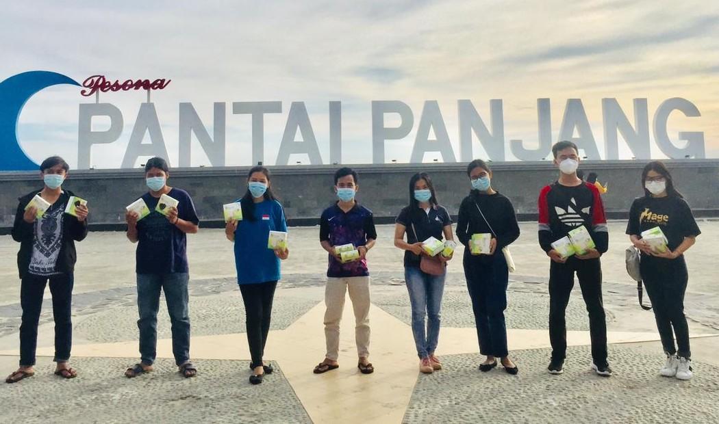 PMKRI Cabang Bengkulu Bagi Masker di Pantai Panjang