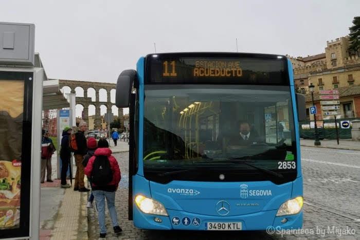 セゴビアのローマ水道橋前に停車するバス