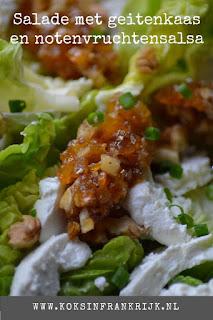 Frisse salade met verse geitenkaas en een salsa van walnoten, dadels, abrikozen en honing.