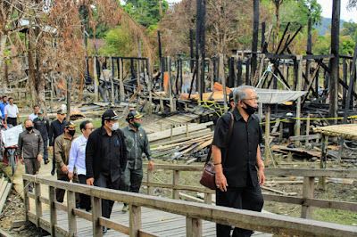 Tinjau Lokasi Kebakaran Nanga Nyabau, DPRD Kapuas Hulu Serahkan Bantuan