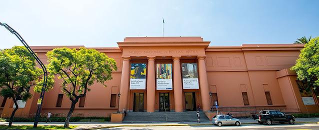 fachada de um museu rosa com branco
