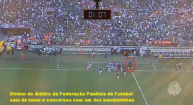 Foto extraída de frame do vídeo da TV Palmeiras/Fam - Jogo Palmeiras x Corinthians na final do campeonato Paulista 2018 - Segundo jogo da final - diretor de arbitro sai do vestiário e fala com bandeirinha - interferencias no jogo Palmeiras x Corinthians