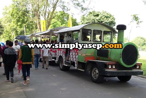 MINI TRAIN :  Bosan bersepda di kawasan Candi Prambanan dan ingin naik kereta mini? Mengapa tidak.  Silahkan mampir dan berkelilinglah dengan kereta mini ini.  Foto Asep Haryono