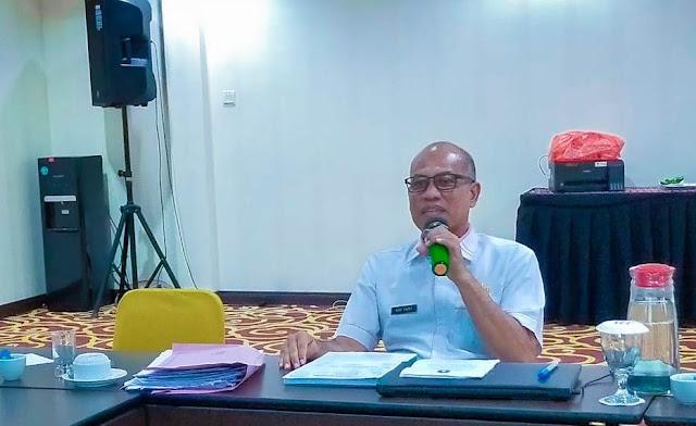 Ir Adi Yadi Kepala Dinas Lingkungan Hidup dan Kehutanan Kalbar saat memimpin rapat Pokja REDD Kalbar