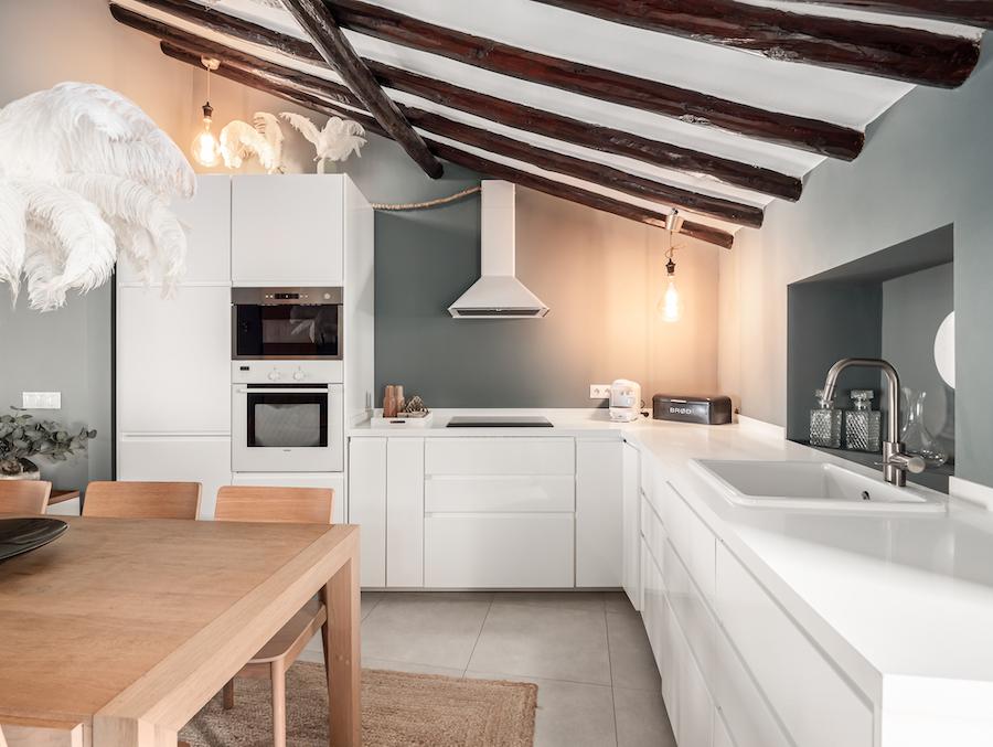 Cocina blanca de estilo escandinavo con muebles sin tiradores