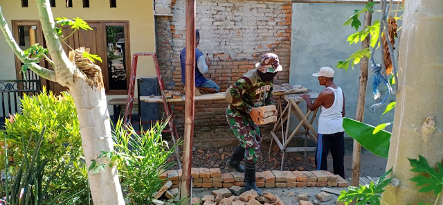 Babinsa Desa Masaran Bantu Renovasi Rumah Warga