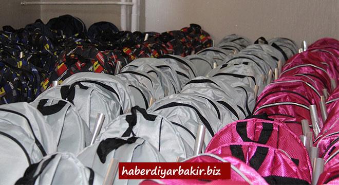 Yetimler Vakfı, Diyarbakır'da bin yetim çocuğa kırtasiye yardımında bulundu