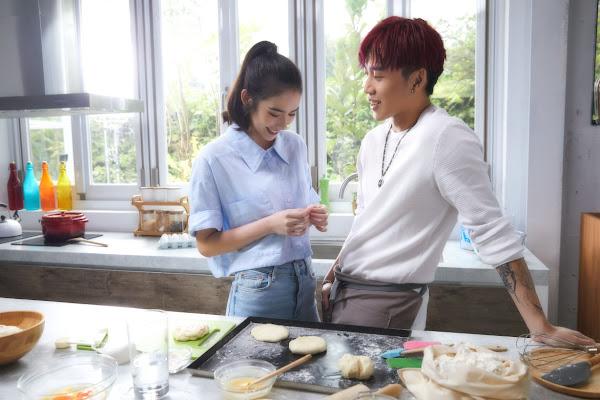 ØZI用Tinder在「Cook篇」約超仙正妹一起烘焙,浪漫氛圍滿點。