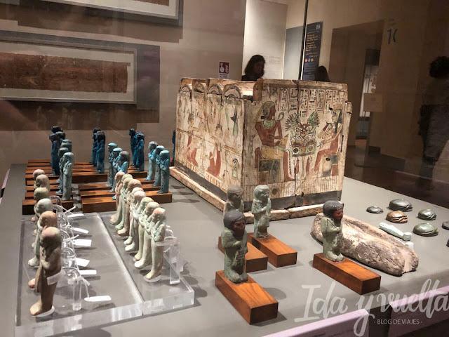 Museo egipcio Turín vitrina con estatuillas funerarias