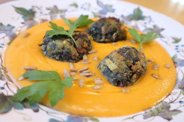Albóndigas de espinacas con crema de zanahoria (VIDEORECETA)