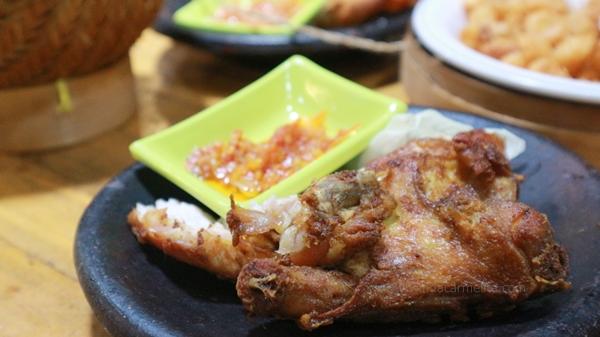ayam geprak, kuliner di malang, kuliner murah di malang, resto ayam geprak, ayam geprak malang, cah kangkung, cah brokoli, sambal bawang, udang goreng, rekomendasi kuliner di malang, malang kuliner, kuliner enak di malang,