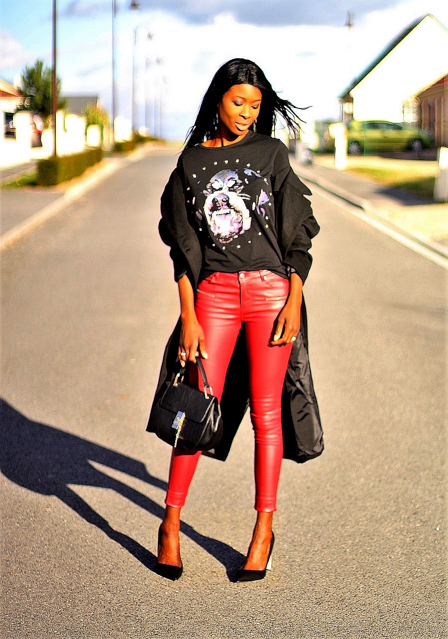 pantalon-cuir-rouge-t-shirt-imprime-manteau-oversize-sac-drew-chloe-pantalon-cuir-rouge