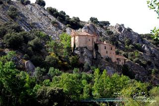 Ermita de San Saturio encaramada a la ladera del rio Duero, es de forma octogonal y se encuentra al final de otras estancias por las que se ha accedido a través de una gruta.