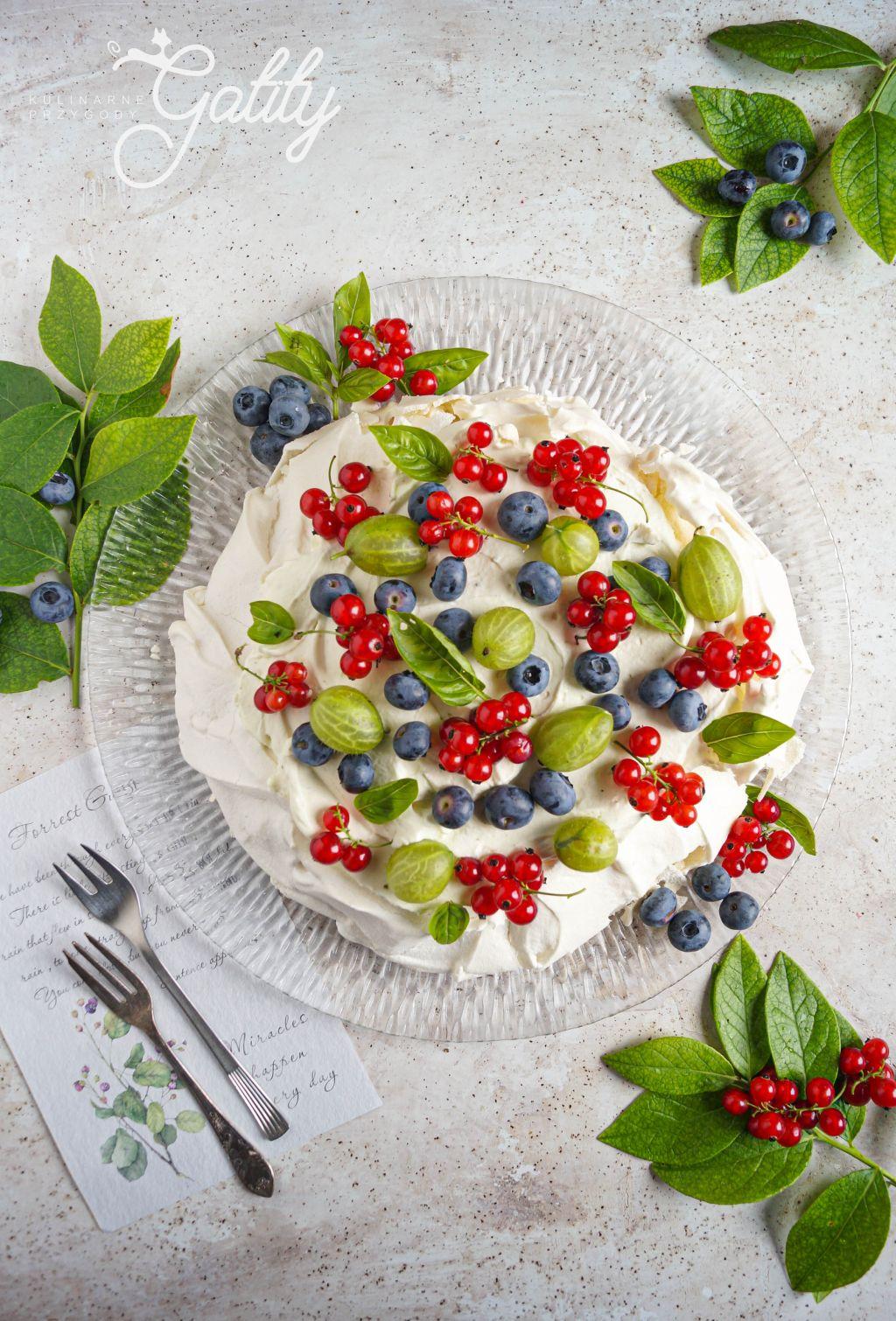 biala-beza-z-kolorowymi-owocami