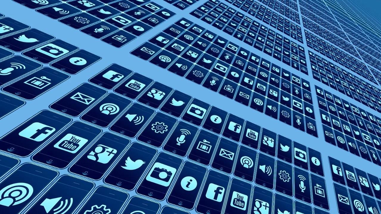 peran media sosial dalam politik, bisnis, pemasaran dan kehidupan sehari-hari.