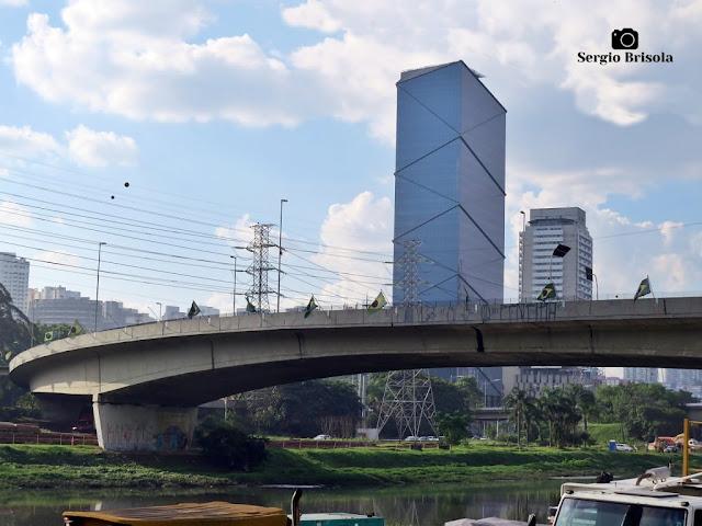 Vista ampla da alça nova da Ponte do Morumbi - São Paulo