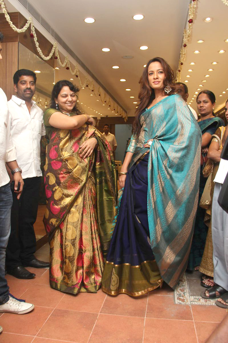 Parvathy Omanakuttan Launches Sri Palam Silks Showroom Search Tamil
