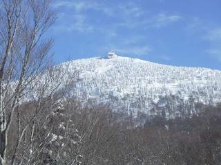 田茂萢岳のロープウェイ山頂駅をアップ
