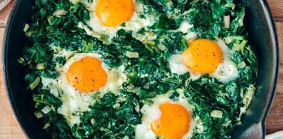 بيض بالسبانخ