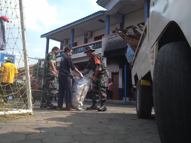 Kodim Karanganyar - Pasca Kebakaran, Anggota Koramil 05 Mojogedang Gotong Royong Bersihkan Sisa-sisa Kebakaran