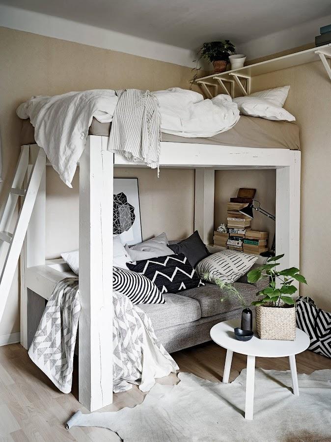 Sofá y cama que comparten espacio