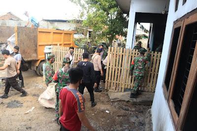 Polri dan TNI Gelar Kerja Bhakti Bersihkan Sisa Kebakaran di Bima