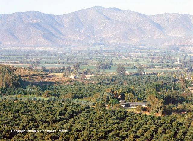 Vista aérea de la casa en un valle de montaña chileno