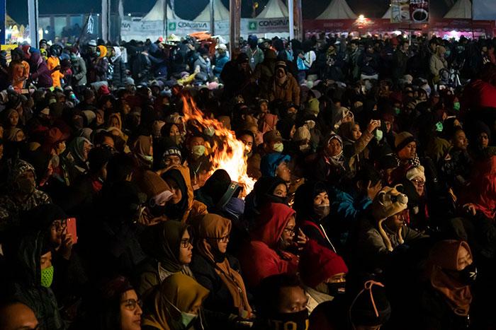 Api Unggun di Tengah Kerumunan Pengunjung Senandung Negeri di Atas Awan 2019