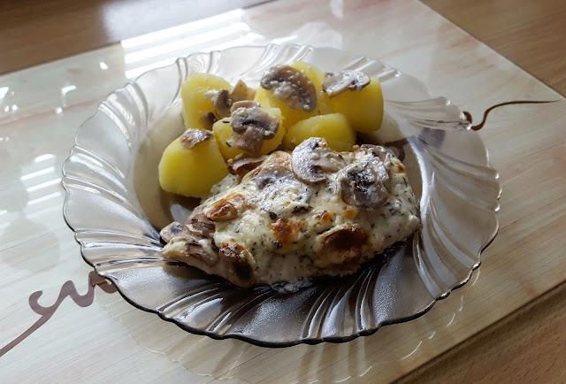 Filet z piersi kurczaka w ziołach prowansalskich.