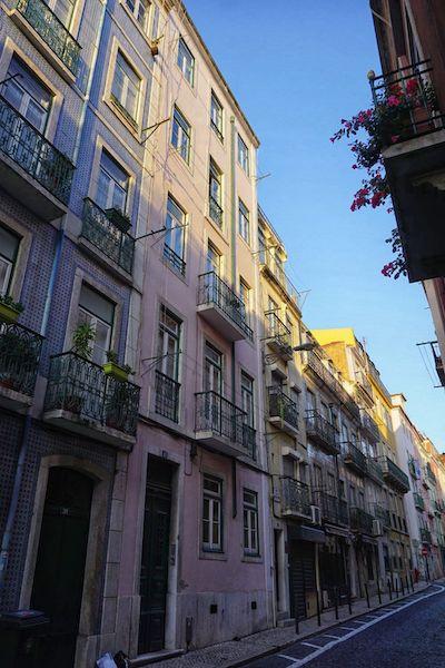 パステルカラーに彩られ、レトロな雰囲気のリスボンの街中