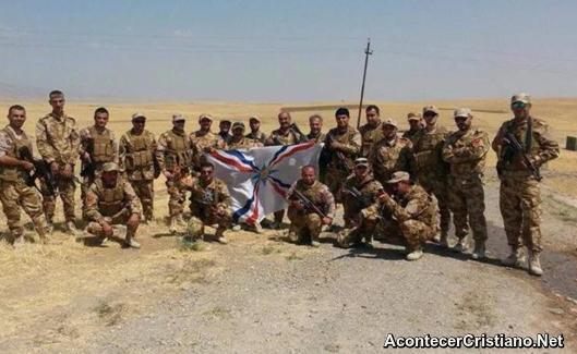 Combatientes cristianos iraquíes con armas