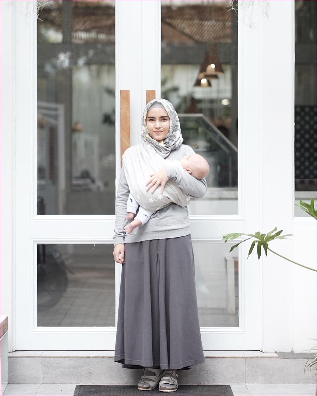 Outfit Rok Untuk Hijabers Ala Selebgram 2018 loafers and slip ons putih ciput rajut kerudung segiempat hijab square top blouse abu broomstick skirt abu tua ootd trendy