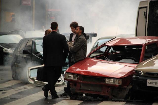 Gente dialogando entre coches chocados