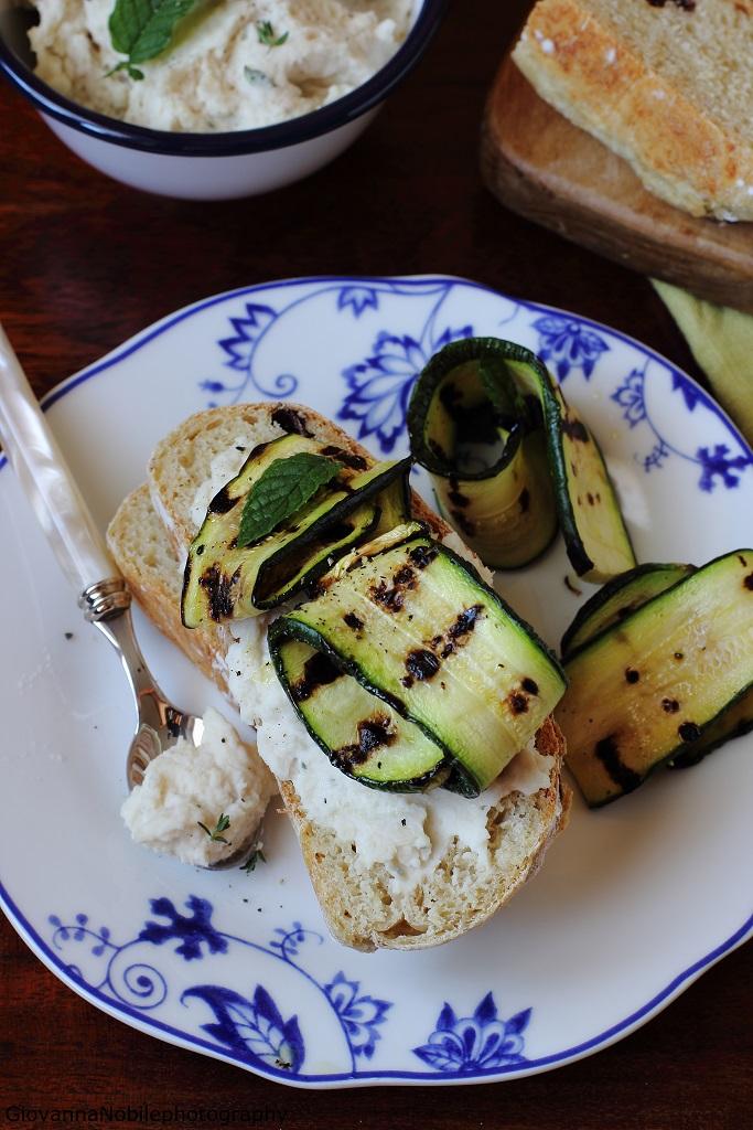 Panini all'uvetta con hummus di fagioli cannellini di Colfiorito e zucchine grigliate
