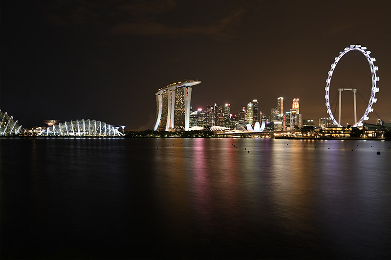 Ночной город на горизонте